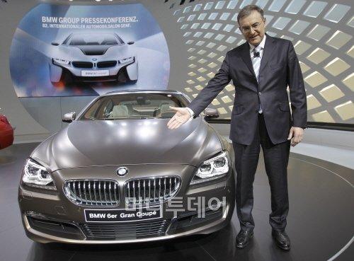 ▲ 노르베르트 라이트호퍼 BMW 최고경영자가 지난 6일 스위스 제네바 모터쇼에서 BMW 6시리즈 그랜드 쿠프를 소개하고 있다.