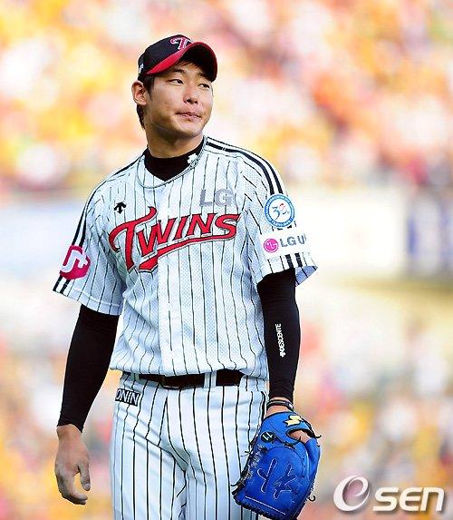 ↑ 스포츠 정신을 배신하고 작은 돈에 눈이 멀어 26세에 자신의 야구인생을 마감하게 된 LG 투수 박현준.  @사진= OSEN 제공