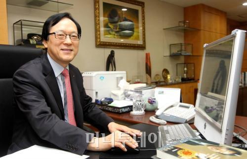 ↑ 집무실 책상에 앉아 있는 김용환 수출입은행장. ⓒ홍봉진 기자.