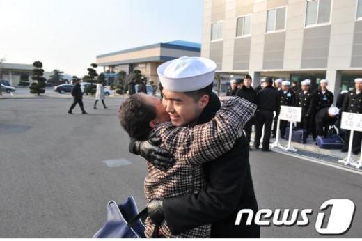 지난 2월 4일 병 587기로 수료한 장병이 영외면회를 하기 위해 부대를 찾은 할머니를 부둥켜 안으며 기뻐하고 있다. News1