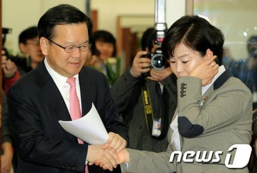 [사진]김유정 위로하는 김부겸 최고위원