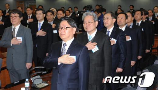 [사진]국민의례하는 총영사