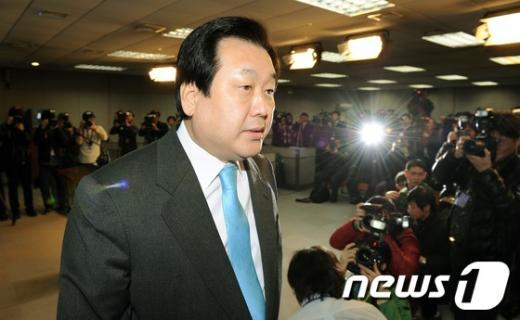 김무성 새누리당 전 원내대표가 12일 서울 여의도 국회의사당 정론관에서 19대 총선 거취와 관련한 기자회견을 마친 후 회견장을 떠나고 있다.
