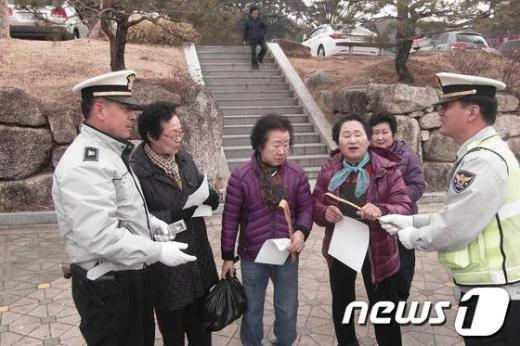 경북 영주경찰서가 행락철 주요관광지를 대상으로 교통사고 예방에 나서고 있다./사진제공=영주경찰서  News1