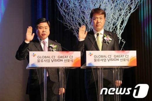 이현우 대한통운 대표(왼쪽)와 손관수 CJ GLS 대표가 2020년 매출 25조원, 영업이익 1조원 달성을 위한 선언문을 낭독하고 있다.(사진=CJ그룹 제공) News1