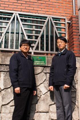▲ '자전거통학시범학교' 성수공고 양희석·한영욱 교사(좌우)