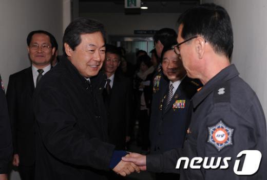 [사진]소방관들 격려하는 맹형규 행정안전부장관
