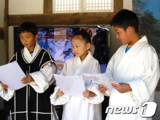 여주 능북초등학교 학생들이 문화유산 탐방활동에서 발표를 하고 있다. /사진제공=여주교육청  News1