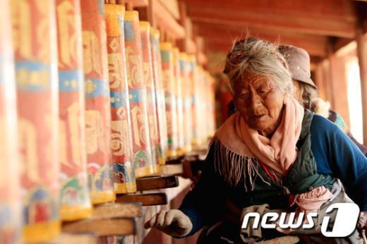 간쑤성 경계 해발 3,300m 고산지역의 사원 랑무스(郞木寺)에서. 김태성 작 china 2011 News1