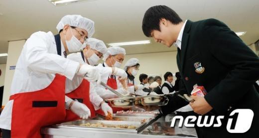 [사진]유덕열 동대문구청장 대광중학교 배식봉사