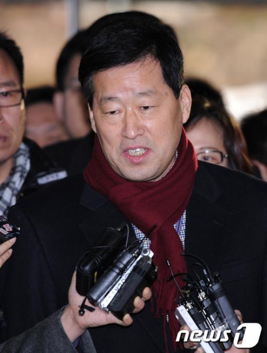 안병용 한나라당 서울 은평갑 당협위원장이 지난 1월16일 오후 영장실질심사를 받기 위해 서울중앙지법에 출석하면서 기자의 질문에 답하고 있다.  News1 박철중 기자