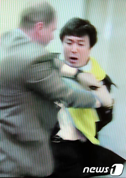 [사진]北대사에 항의하다 밀려난 안형환 의원