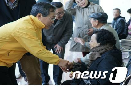민생탐방에 나선 민주통합당 우윤근 후보가 구례터미널에서 유권자들과 인사를 나누고 있다.  News1