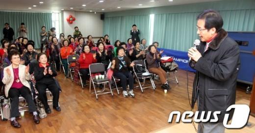 [사진]주민센터에서 열창하는 홍준표 의원