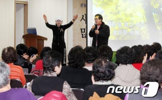 [사진]주민센터 방문한 홍준표 의원