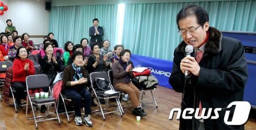 [사진]노래 부르는 홍준표 의원