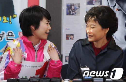 [사진]이야기나누는 박근혜-손수조
