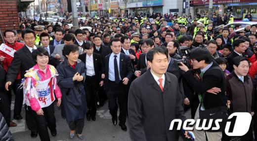 새누리당 박근혜 비상대책위원장이 13일 오후 부산 사상구 괘법동 손수조 후보의 선거사무소를 방문한 후 손 후보와 길을 걸으며 현장지원을 하고 있다.  News1 양동욱 기자