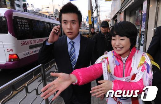 [사진]정치신인 손수조 '든든한 동생과 함께'
