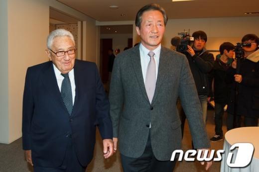[사진]자리 이동하는 헨리 키신저-정몽준