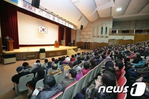 2012년 노인일자리 만들기 사업 교육에 참석한 시민들이 강사로부터 강의를 듣고 있다. /사진제공=안양시 News1