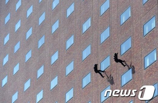 [사진]로프 하강하는 119 구조대