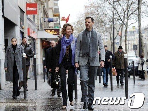 지난 2010년 프랑스를 공식방문한 아사드 대통령 부부가 파리 거리를 걷고 있다.  AFP=News1