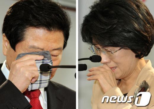 """새누리당 안상수 전 대표(왼쪽)와 진수희 의원이 15일 서울 여의도 새누리당 당사에서 19대 총선 거취와 관련한 기자회견을 하며 눈물을 흘리고 있다. 안 전대표와 진의원은 기자회견에서 """"당에 남아 정치 쇄신 작업에 여력을 바치겠다""""는 뜻을 밝혔다.  News1 이종덕 기자"""
