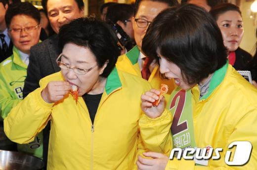 [사진]김치 맛보는 한명숙 대표와 백혜련 예비후보