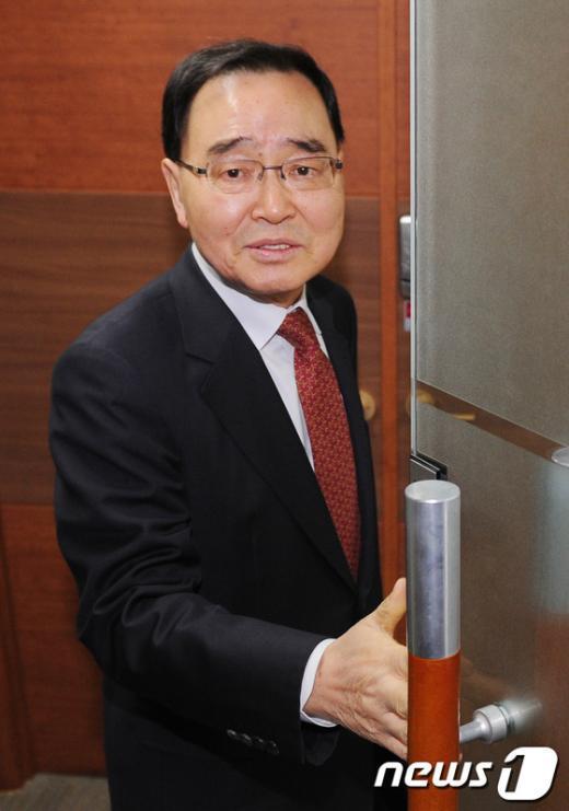 [사진]회의실 들어서는 정홍원 위원장