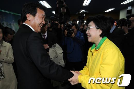 [사진]악수하는 한명숙 대표와 손학규 전 대표