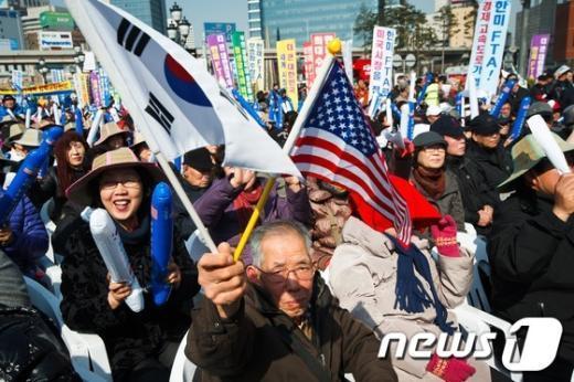 [사진]한미 FTA 발효, '환영'