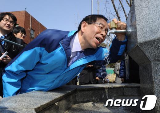 """박원순 서울시장이 21일 암사정수센터를 방문한 자리에서 음수대의 아리수를 마시며 """"괜찮네요, 굿""""이라고 말하고 있다./사진제공=서울시청 News1"""