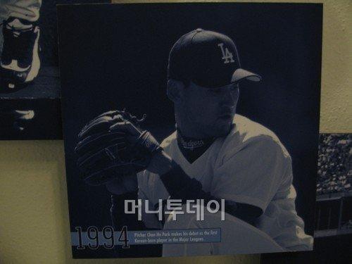 ↑ LA 다저스의 홈구장 다저스타디움 메인 홀에 전시돼 있는 박찬호의 1994년 데뷔 시절 사진. 21세에 메이저리그에 데뷔한 그는 39세의 나이에 처음으로 한국 프로야구 무대에 서게 됐다. 그는 현대 에쿠스 리무진을 이용하고 있다.