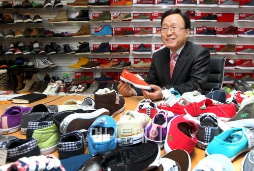 슈마커 이창열 사장은 최근 서울 대치동 슈마커 본사에서 머니투데이와 인터뷰를 갖고 앞으로의 경영 전략 등에 대해 자세히 설명했다. (사진=홍봉진 기자 honggga01@)<br />