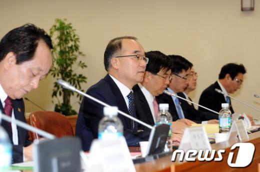 [사진]박재완 장관, 위기관리대책회의 주재