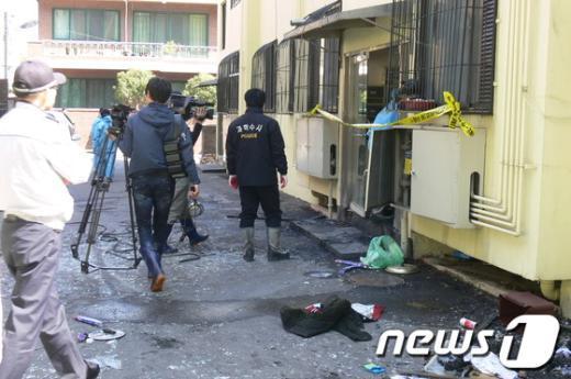 일가족 3명이 숨진 전남 순천 한 빌라에서 경찰이 수사를 벌이고 있다. News1 장봉현 기자