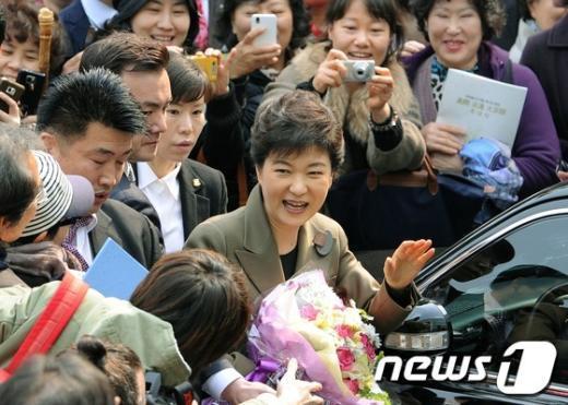 [사진]박근혜 환영하는 불자들