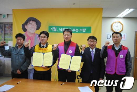 송인배 후보(왼쪽 두번째)와 김천욱 민노총 경남본부장(가운데)이 28일정책협약을 맺고 승리를 위한 화이팅을 외치고 있다. News1