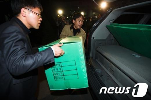 [사진]선관위 압수품 옮기는 특검 수사관들