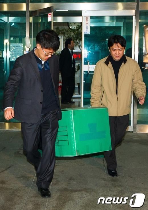 [사진]8시간여 압수수색 마친 디도스 특검팀