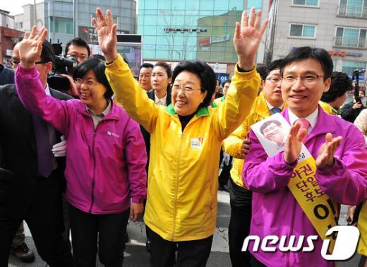 [사진]야권단일후보 선거지원 하는 이정희-한명숙