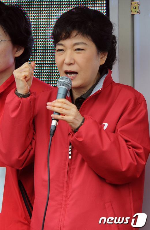 새누리당 박근혜 중앙선대위원장이 30일 오후 대전역 광장에서 열린 지역후보들의 합동유세에 참석해 유권자들에게 지지를 호소하고 있다.  News1 이광호 기자