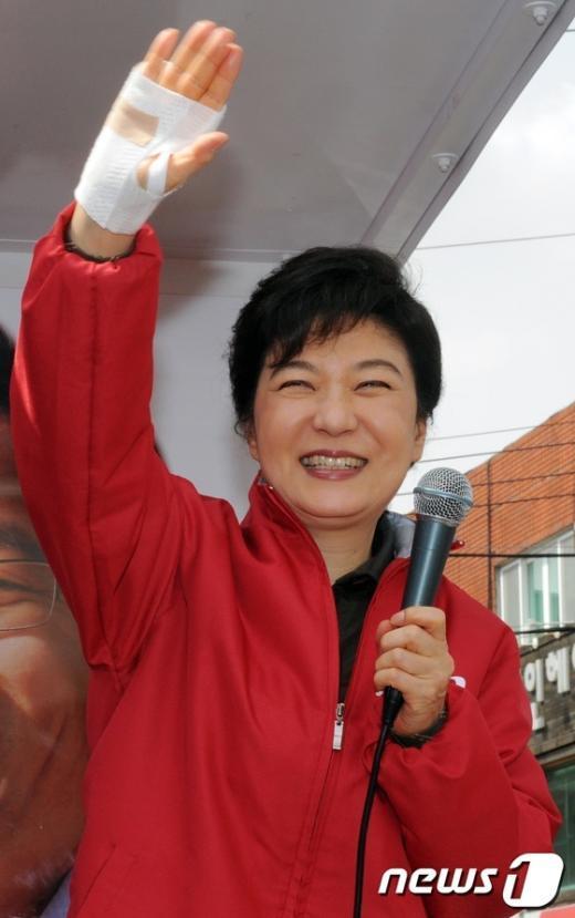 [사진]박근혜 선대위원장 '붕대투혼'