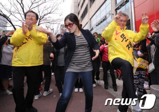 [사진]문재인-문성근 '신나는 댄스'