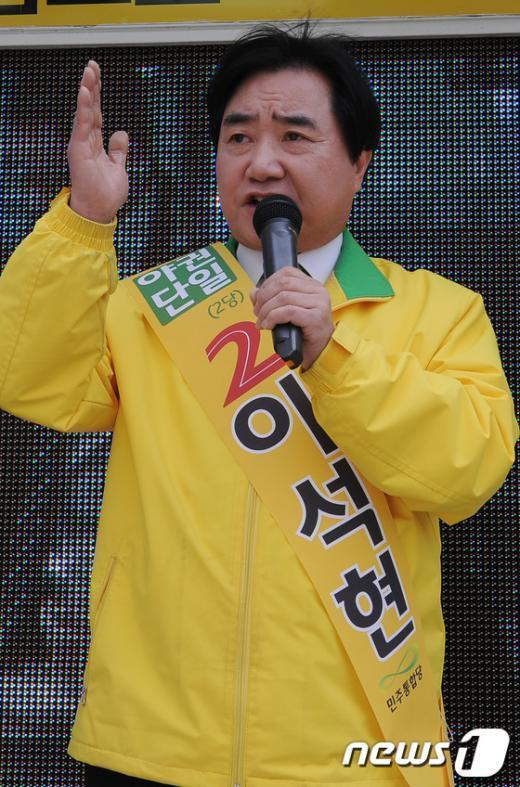[사진]지지 호소하는 이석현 후보