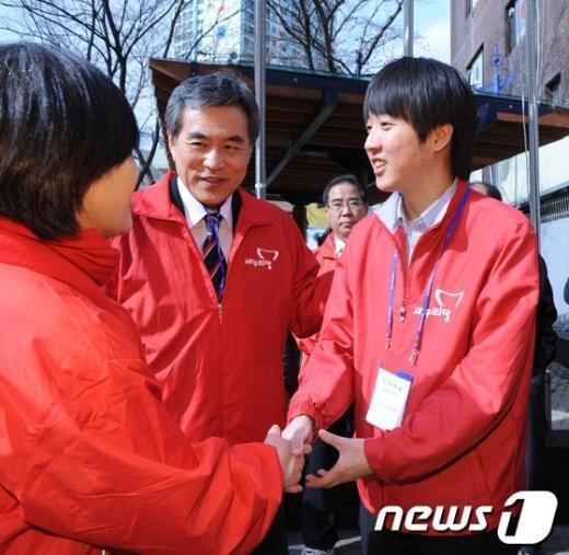 [사진]김희정 후보와 손잡은 이준석 비대위원