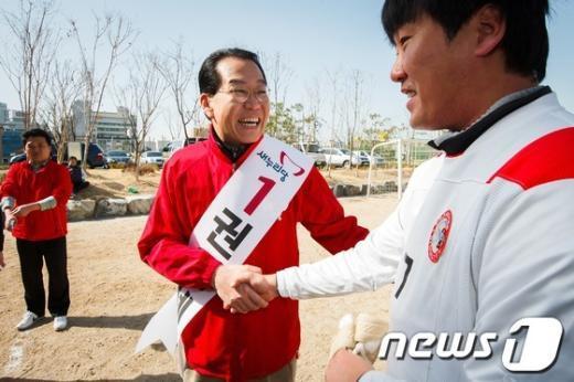 [사진]조기축구회 찾은 권영세 후보
