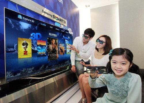 삼성전자 광고모델이 삼성 3D 스마트TV가 제공하는 3D 콘텐츠를 살펴보고 있다.