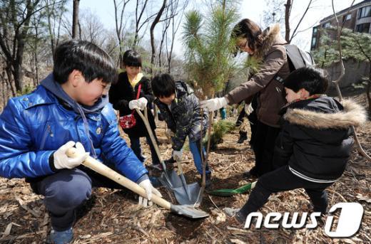 [사진]가족과 함께 나무 심어요